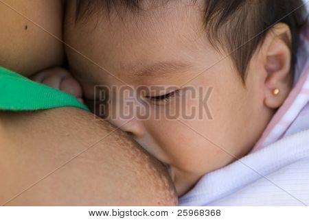 Het meisje 2 maanden, een bovenliggende borst