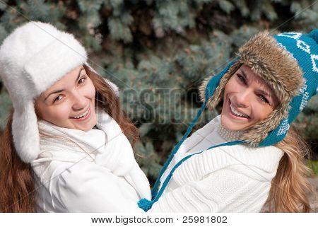 Zwei fröhliche Mädchen-Zwillinge im park
