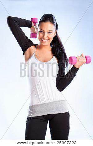 Junge Frau auflegen Hände Gewichte, Studioaufnahme