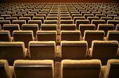 Постер, плакат: Пустые стулья в кино или театр