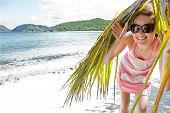 Постер, плакат: Молодая привлекательная женщина любит солнечный день на карибском пляже Сент Томас Виргинские острова