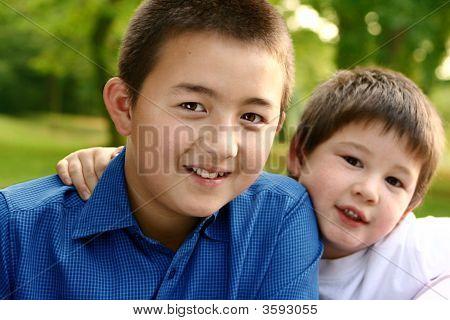 Dois meninos bonitos de pais de casamentos mistos