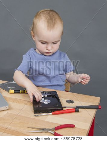 Niño trabajando en la unidad de disco duro libre