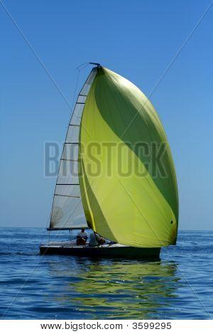 Vela Yaht con Spinnaker en el viento