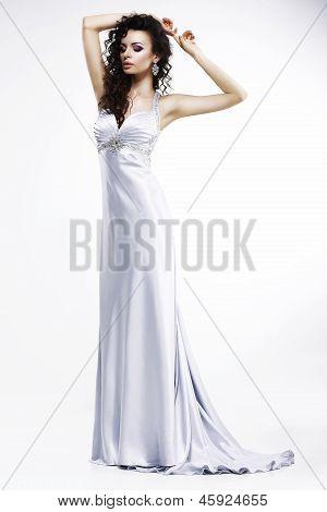Hermosa dama de luz vestido de seda sin mangas con joyas de platino. Sensualidad