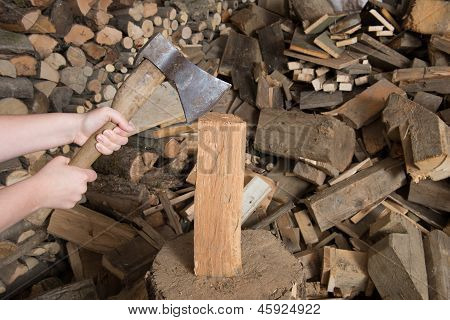Holz Hacken Mit Axt Auf Hackstock Mit Scheiter Im Hintergrund