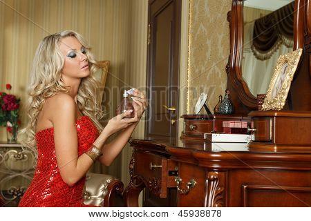 Joven mujer en vestido de noche con Perfume.