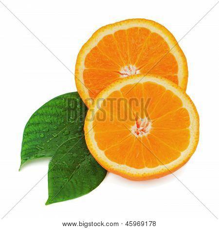 Frutas frescas laranja com folhas verdes, isoladas no fundo branco.