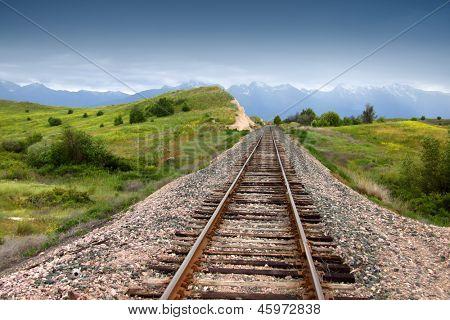 Zug-Strecke in der Prärie-Landschaft von Montana