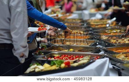grupo de pessoas, catering buffet comida indoor em restaurante de luxo com frutas coloridas carne e misturas