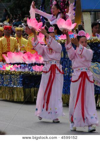 Jóvenes asiáticas en desfile,