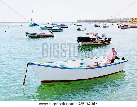 рыбацкие лодки и корабли
