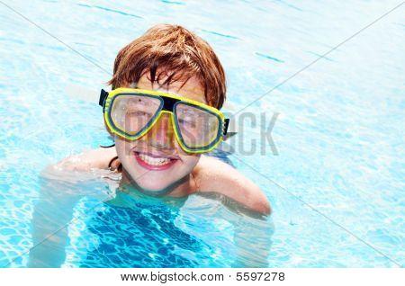 Happy Boy in einem pool