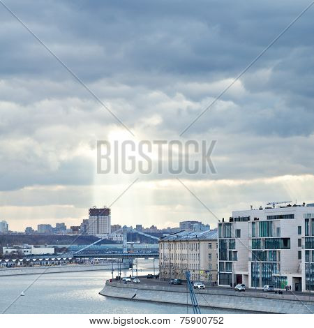 Moskva River And Sunbeams In Moscow In Autumn