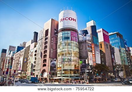 TOKYO, JAPAN- OKTOBER 28, 2014: Ginza shopping district on Oktober 28, 2014 in Tokyo, Japan. Ginza extends for 2.4 km and is one of the world's best known shopping districts.