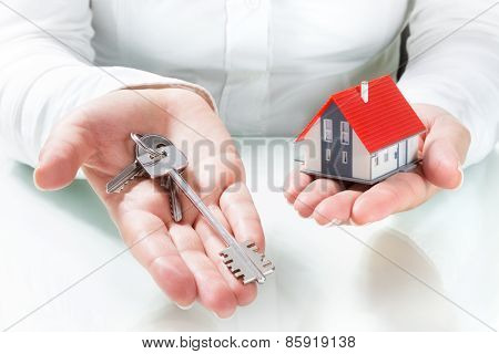 realtor give keys to house