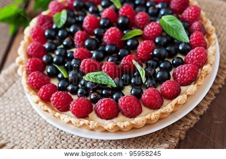 Tart with berries and custard