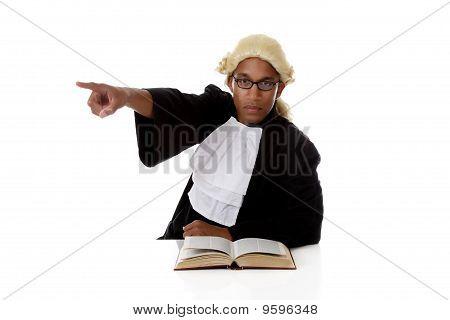 Homem jovem Africano americano juiz, apontando