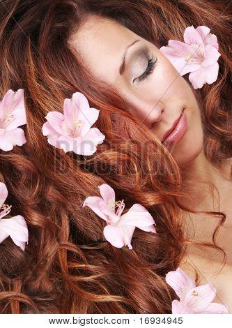 Retrato de primer plano de la hermosa joven con el pelo largo