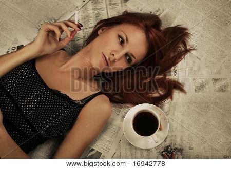 schöne junge Frau Rauchen Zigarette