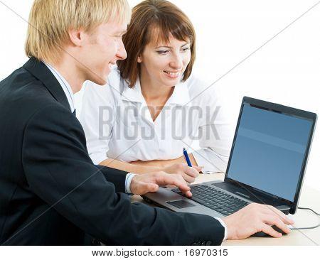 Un hombre y una mujer mirando el monitor