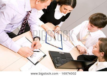 Imagem de discutir o plano de negócios, na reunião de parceiros de sucesso