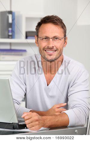 Retrato de homem bonito vestindo óculos
