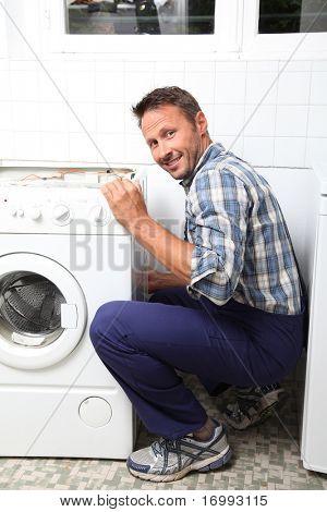 Máquina de lavar quebrada fixação de encanador