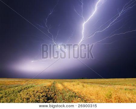 Sommersturm beginnend mit Blitz