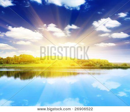 Atardecer de verano hermoso en el lago. Imagen HDR