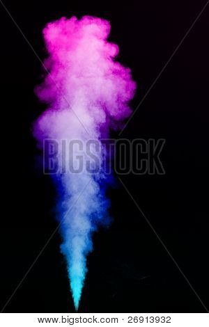 grueso chorro de humo coloreado aislada en negro