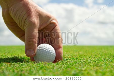 Tomar a bola de golf do furo