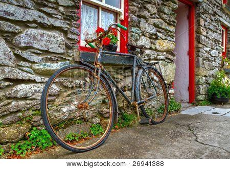 Velha bicicleta enferrujada na casa cottage Irish
