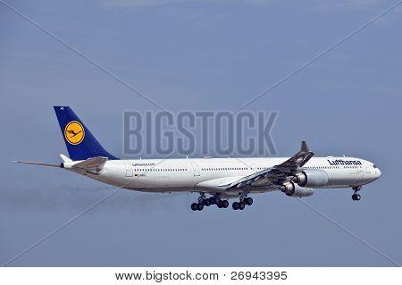 Lufthansa Airbus A340 D-aiho