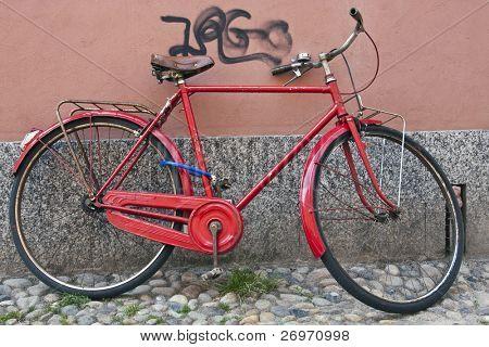 Rote Fahrrad gegen eine Wand