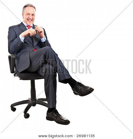 Oudere zakenman zittend op een stoel, geïsoleerd op wit