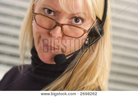 Atractiva Empresaria con auricular de teléfono