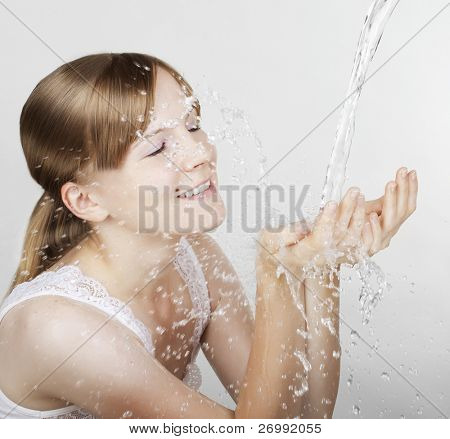 Imagen de la muchacha, que salpica agua en el rostro
