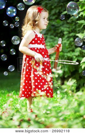 das Bild der eine niedliche kleine Mädchen mit Blasen