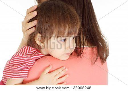 Schwimmbrille Tochter in einen roten Pullover und Mutter
