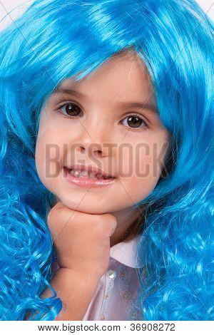 Menina bonita com o cabelo longo azul