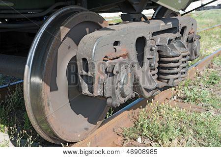 As rodas de estrada de ferro do velho vagão de carga soviético.