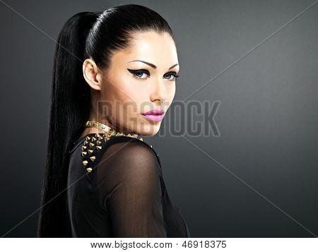 Schönes Gesicht der Frau mit hellen Make-up gestalten.