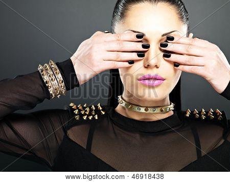 Weiblich mit schwarzen Nägeln