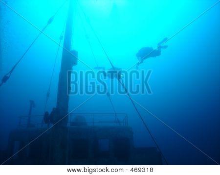Divers At The Deco, Hebat Allah