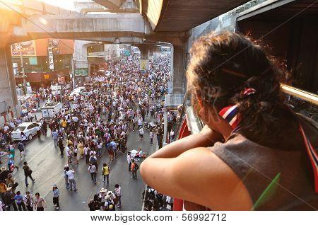 Bangkok-january 13: Unidentified Woman Looking To Thai Protesters On Rama 1 Street On Jan 13, 2014 I
