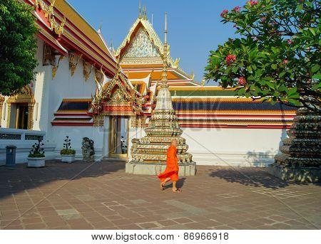 Walking through the area monk. Thailand, Bangkok 6-March-2015