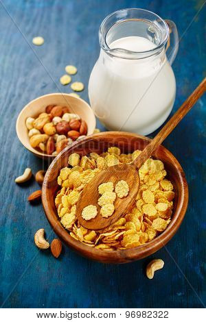 Crunchy cornflakes cereal and milk