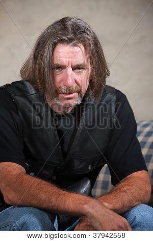 Membro de gangue de motoqueiros deprimido