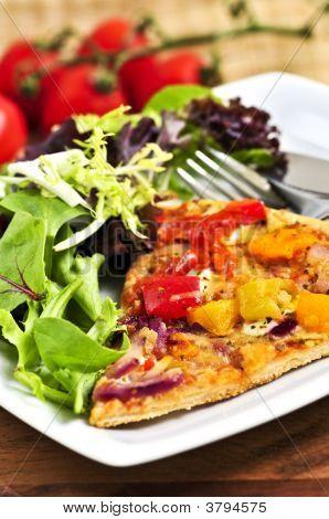 vegetarische Pizza mit Salat